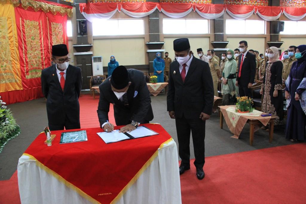 Bupati dan Wakil Solok H. Epyardi Asda, M. Mar & Jon Firman Pandu Lakukan Sertijab dengan Pj Bupati